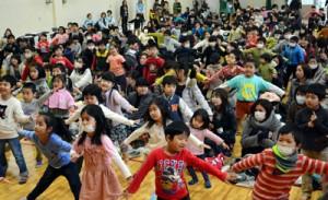 幼児171人が運動遊びなどを楽しんだ新一年生のつどい=8日、朝日小学校体育館