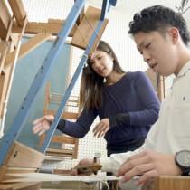 程さん(中央)に習って織り体験もした生徒たち=13日、古仁屋高校