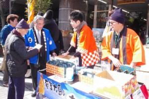 朝山奄美市長(左から3人目)がタンカンをトップセールス=15日、東京・日本橋浜町