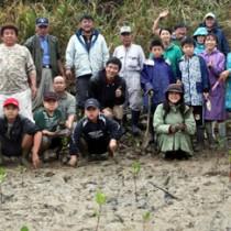 約20人でメヒルギの苗木を植樹した=宇検村湯湾