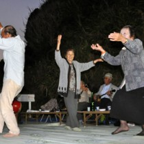 歌や踊りでにぎわったハミゴーアシビ=25日、与論町城