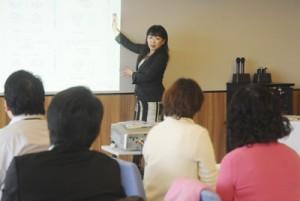 フード&ホスピタリティコーディネータの堀田雅湖さんを講師にあった「おもてなし人材育成セミナー」=26日、奄美市名瀬