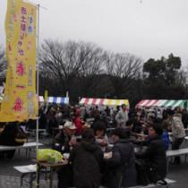 厳しい寒さにもかかわらず、家族連れなどでにぎわった「とくの島観光・物産フェアin東京」=8日、東京・代々木公園