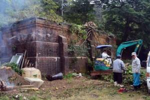 貯水庫と周辺の伐採・清掃作業に汗を流す住民=14日、瀬戸内町久慈
