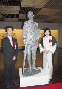 川畑祐徳さん(左)寄贈の一村像と宮崎緑館長=7日、県奄美パーク・田中一村記念美術館