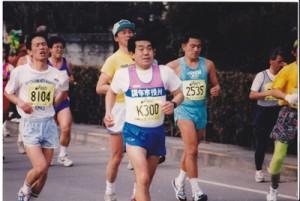 今年も青梅マラソンを完走した澤章充さん(中央、ゼッケンK300)=2月15日