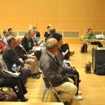 専門家がハブとリュウキュウイノシシの生態などについて講演した勉強会=7日、徳之島町