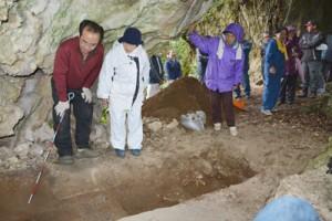 調査チームから長石の辻遺跡の説明を受ける地域住民ら=28日、喜界町島中