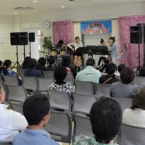 ライブで歌声を披露する高校生バンド=22日、AiAiひろば