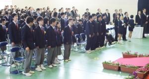 卒業生と在校生で元気よくおわかれの歌を歌った=17日、大島養護学校