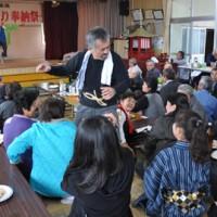 島口劇などで盛り上がった西犬田布集落の「八日祭り奉納祭」=1日、伊仙町