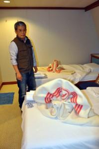 「フェリーあけぼの」船内で久しぶりに「飾り毛布」の折り方を実演、展示した吉村豊成さん=17日、鹿児島市七ツ島1丁目
