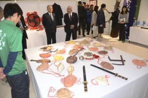 諸鈍シバヤの紙面や道具などが並ぶ展示室=23日、瀬戸内町