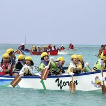 ハーレー大会を楽しむ子どもたち=31日、与論島のウドノスビーチ