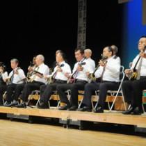 六調の伝統的な三味線奏法「ウー弾き」を披露した六調サンシン教室の受講生=1日、奄美市名瀬の奄美文化センター