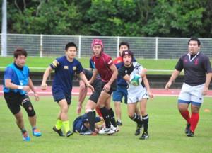 試合形式で高校生を指導した慶応大学のラグビー教室=7日、名瀬運動公園陸上競技場