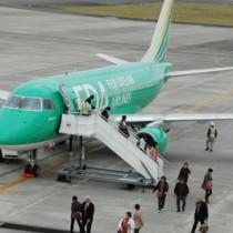 初めて奄美に到着した広島発のFDAチャーター便=2014年11月、奄美空港