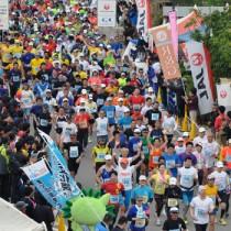 一斉にスタートするフルマラソンの出場者=8日、与論町茶花