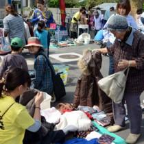 古着など中古品から手作り品などの買い物を楽しんだ第1回うけん崎原フリマ=22日、宇検村屋鈍