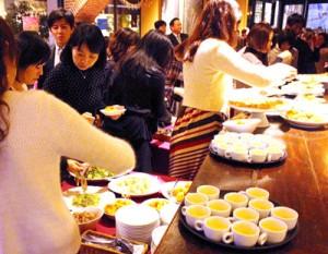 奄美の食材を使ったメニューを味わう参加者=福岡市