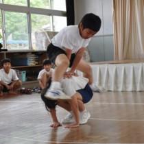 「連続馬跳び」を披露する児童=25日、天城町の西阿木名小学校三京分校