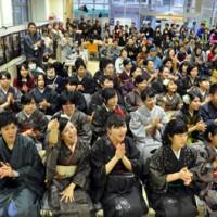 紬姿の中高生が勢ぞろいしたイベント「つむぎズム」=1日、奄美市名瀬のAiAiひろば