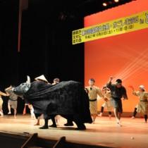 イベントのオープニングを飾った闘牛太鼓=14日、徳之島町文化会館