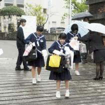 最後の面接を終え、試験会場を後にする受験生たち=6日、奄美市名瀬の県立大島高校