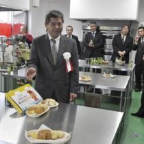 地場産の農作物を使った新商品をお披露目した副島博社長(左)=7日、徳之島町