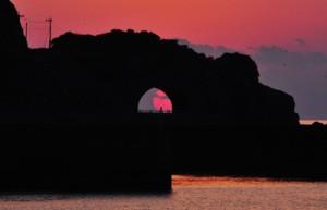 """かがんばなトンネルの""""龍の眼""""=13日午後6時30分ごろ、龍郷町円"""