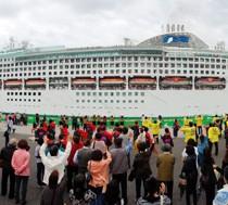 阪神からの集客数を押し上げた客船サン・プリンセス=2014年5月、奄美市の名瀬港