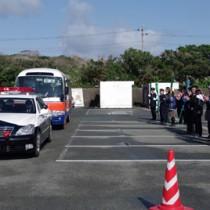 「こども110番バス」の出発を見送る参加者=9日、沖永良部署(同署提供)
