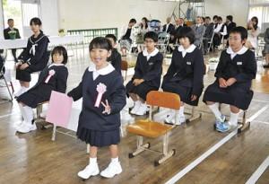 与路島での新たな学校生活をスタートさせた子どもたち=6日、瀬戸内町の与路小中