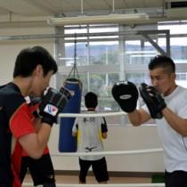 元プロボクサーが高校生を指導 久岡