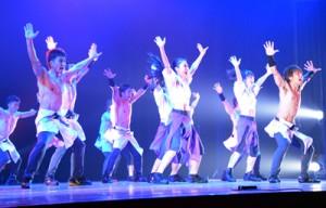 筋肉パフォーマンスで観衆を魅了したハッスル☆マッスル奄美公演=29日、奄美文化センター