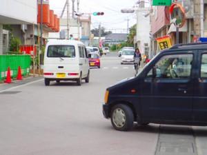 与論町を走る軽自動車。税の収納率が99%台に達している