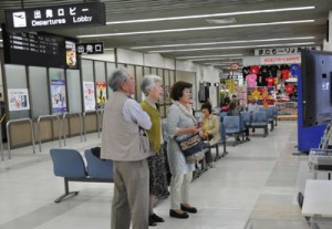 出発ロビーで搭乗を待つ乗客ら=27日午前9時ごろ、徳之島空港