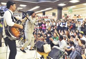 シングルCD「故郷」の発売記念ライブで5曲を熱唱したカサリンチュ=30日、奄美市のTSUTAYA名瀬店