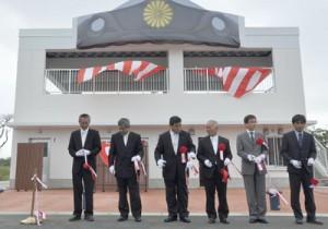 犬田布岬観光公園に整備された休憩施設の完成セレモニー=7日、伊仙町