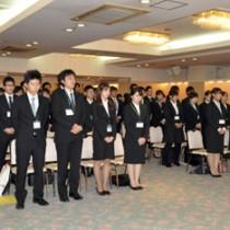 19事業所から60人が参加した奄美市合同入社式=1日、奄美市名瀬のホテル