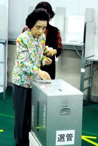 期日前投票で一票を投じる有権者=4日、奄美市名瀬