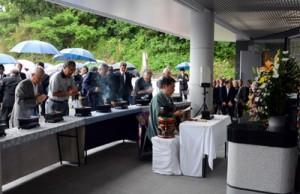 共同納骨堂が完成し、新たな墓前に手を合わせる出席者たち=19日、宇検村湯湾