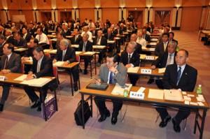 奄美の市町村長、議会議長らも出席した2015年度県政説明会=28日、県庁