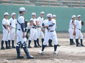 守備練習で準決勝に備える大島の渡邉監督と選手ら=2日、鴨池市民球場