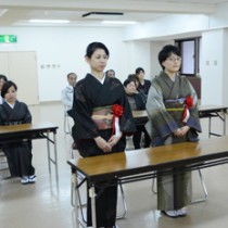 織り技術の習得に向けて誓いを新たにする入校生ら=10日、奄美市の紬会館