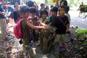 ケンムンについて理解を深めたやけうちっ子体験チャレンジスクール参加者たち=25日、宇検村石良集落