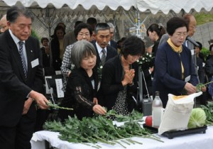 遺族ら平和へ強い思い/「富山丸」52回目の慰霊祭、徳之島町