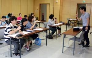 基本の表現を学ぶ親子手話クラブの参加者たち=18日、奄美市名瀬