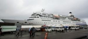 大型客船の喜界島寄港第1号となった旅客船「ぱしふぃっくびいなす」=28日、喜界町湾港