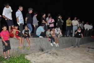 上陸したウミガメの足跡を観察した参加者ら=29日、伊仙町